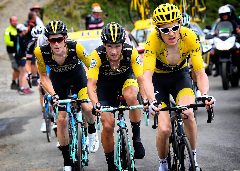 Geletruidrager Geraint Thomas met in zijn spoor Primoz Roglic en Steven Kruijswijk van Team LottoNL-Jumbo.