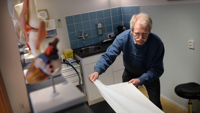 Jos van Bemmel in de huisartsenpraktijk in Amersfoort. Beeld Marcel van den Bergh