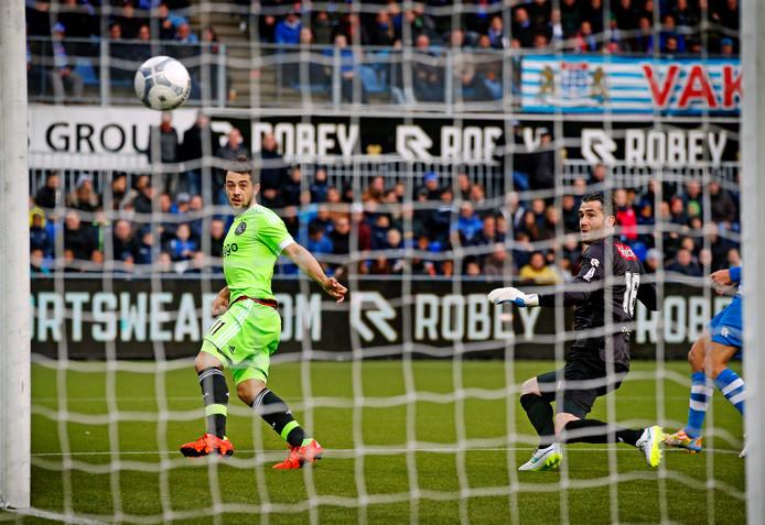 Kevin Begois (rechts) als keeper van PEC Zwolle in actie tegen Ajax, Amin Younes scoort.