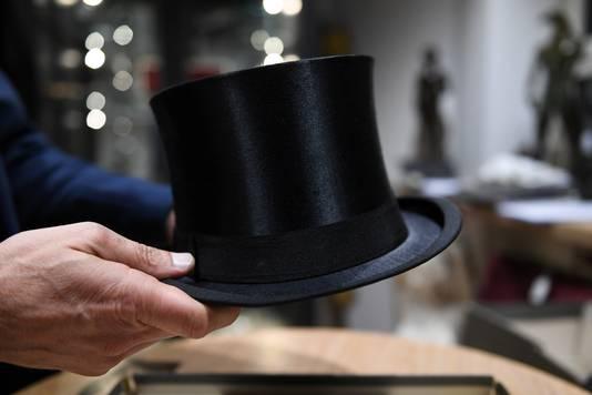 Ce chapeau haut de forme porté par Hitler a été adjugé 50.000 euros.
