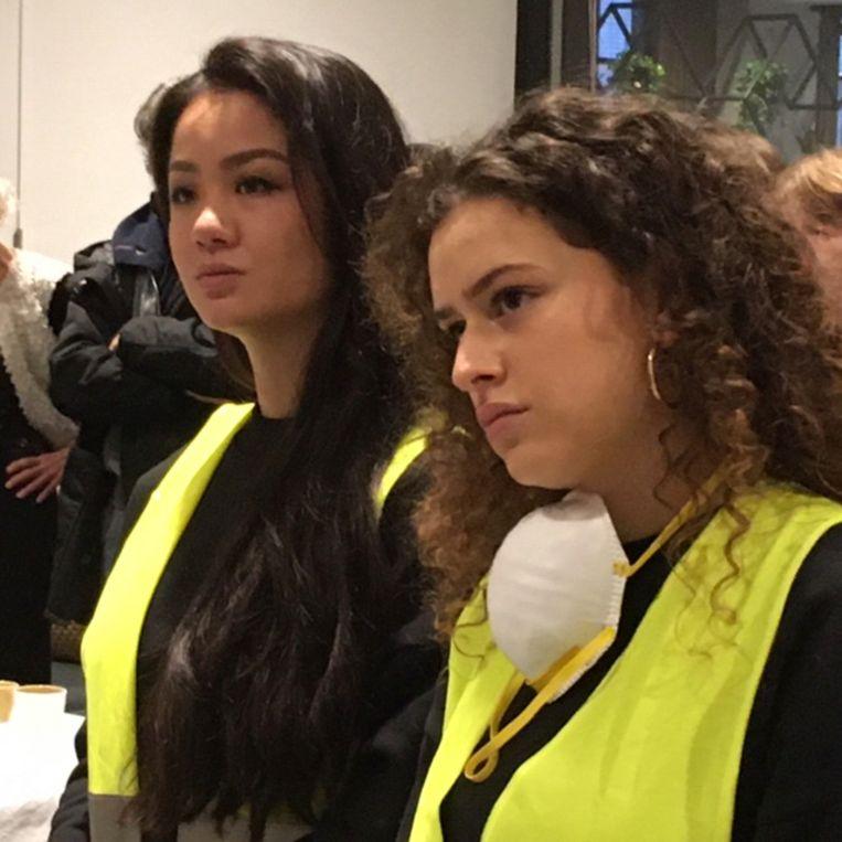 Modestudenten en 'schrapers' Zoï en Anissa. Beeld RV