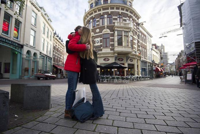 Karlijn Brus (rode jas) deelt gratis knuffels uit. Foto: Rolf Hensel