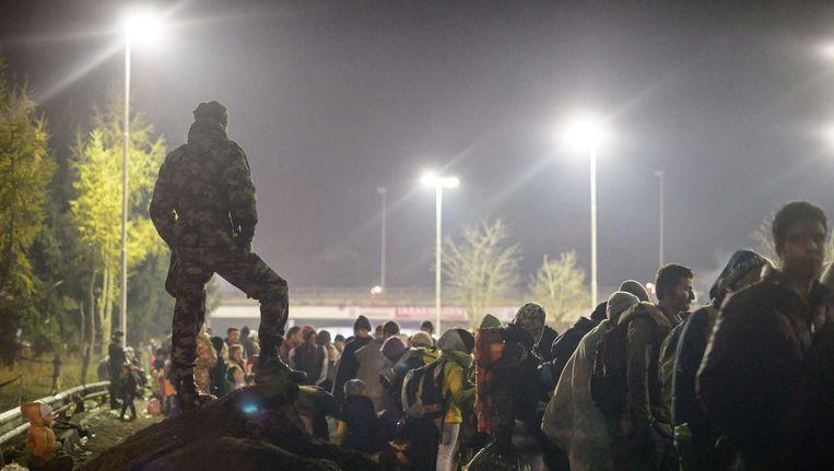 Migranten wachten bij de grens tussen Slovenië en Oostenrijk op doorgang Beeld afp