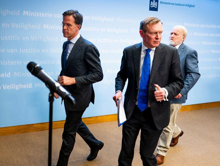 Premier Mark Rutte, Minister Bruno Bruins voor Medische Zorg (VVD) en Jaap van Dissel van het RIVM na een persconferentie over het coronavirus.  Beeld Freek van den Bergh / de Volkskrant