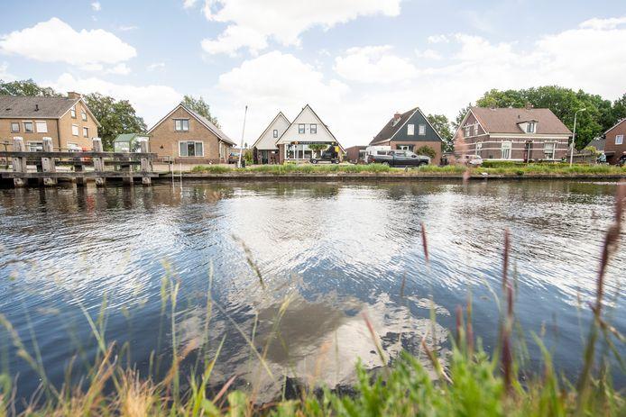Woningen langs kanaal Almelo-De Haandrik, ter hoogte van Geerdijk.