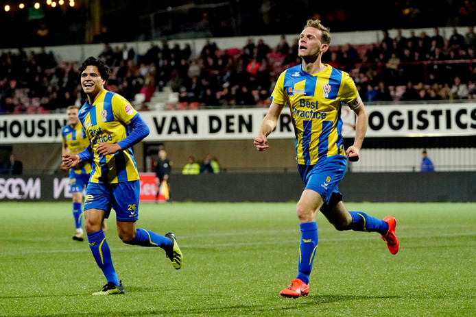 Rick Stuy van den Herik (r) viert zijn goal tegen Helmond Sport.