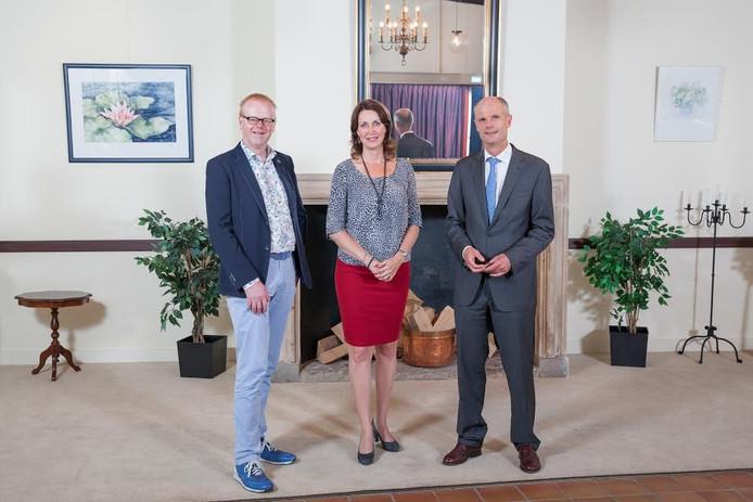 Wethouder Rob Christenhusz (links) sprak met gedeputeerde Monique van Haaf en minister Stef Blok over de succesvolle huisvesting van statushouders in Oldenzaal.