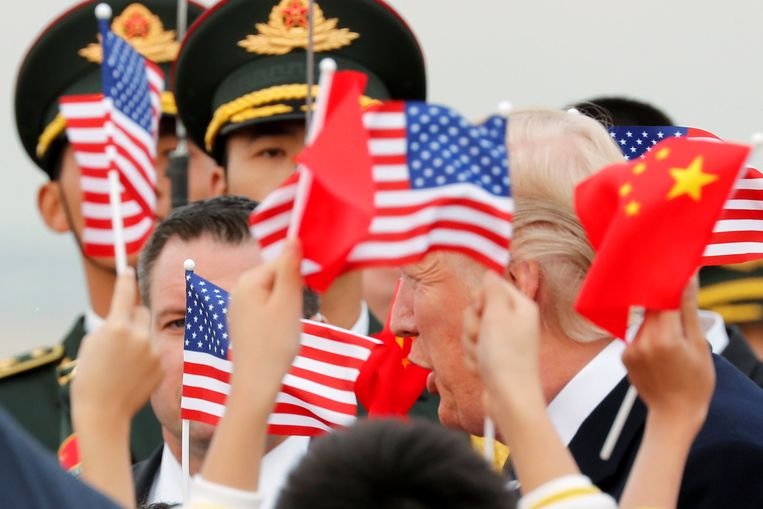 Trump bij zijn aankomst in Peking.