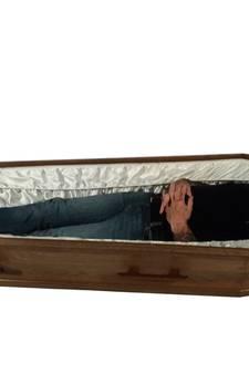 Een grafkist in de woonkamer? Vlissings stel vindt dat doodnormaal