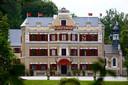Het vijfsterrenhotel is in realiteit een kasteel, waar een baron met zijn ouders woont.
