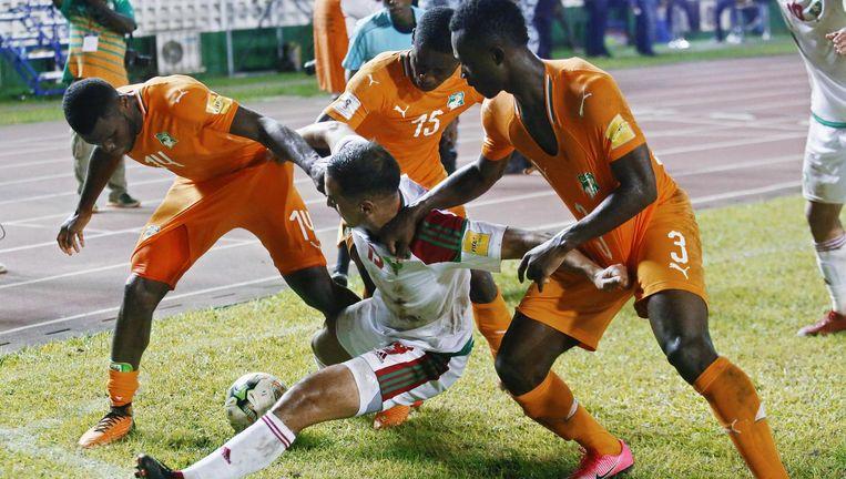 Sofyan Amrabat (midden) met drie spelers van Ivoorkust in gevecht om de bal tijdens het WK-kwalificatieduel Ivoorkust-Marokko. Beeld Legnan Koula / EPA