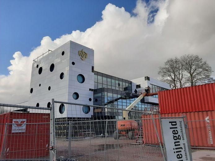 De bouw van de nieuwe brandweerkazerne langs de A59 in Waalwijk verloopt volgens planning. Zoals het er nu naar uit ziet, verhuizen de brandweerlieden in mei.