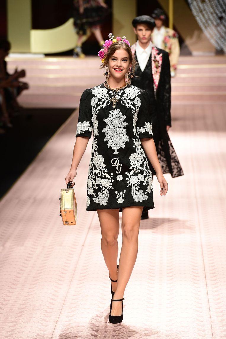 Het Hongaarse model Barbara Palvin in een kort zwart jurkje met kant.
