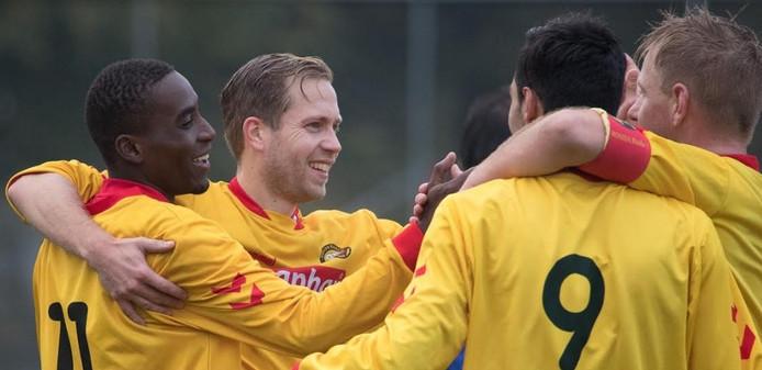 De spelers van Rohda Raalte hadden tegen Heeten alle reden om een feestje te vieren