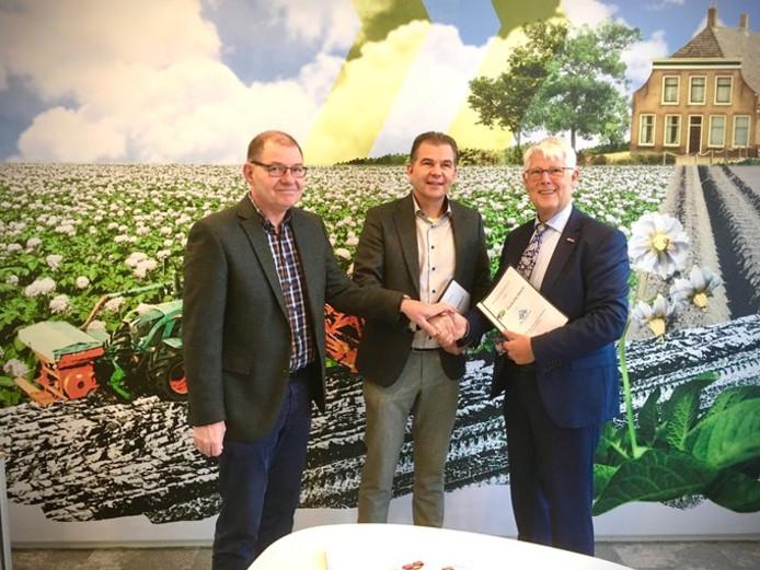 Wethouder Piet van Leenen en Leo Hooghwerff tekenden vanmiddag officieel de overeenkomst voor de nog te bouwen woningen.