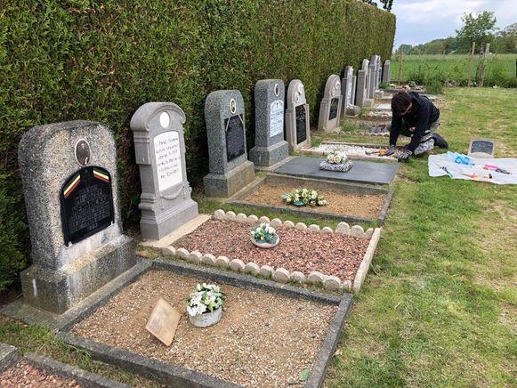 Kaylen vertoeft dagelijks op het kerkhof van Oplinter.