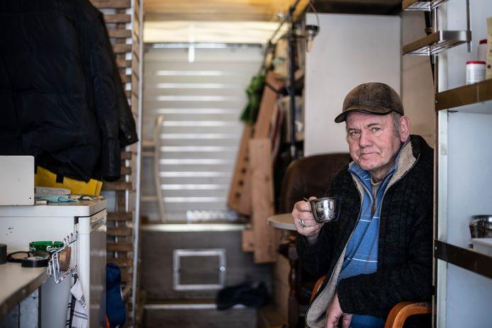 Henk Romein in zijn geïmproviseerde camper, een oude Unimog verkoopwagen.