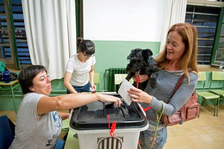 Een vrouw brengt haar stem uit in de stad Girona. Beeld epa
