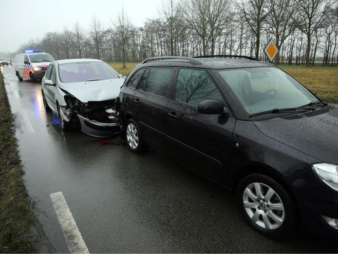 Politiemensen houden de situatie in de gaten bij de afhandeling van het ongeval.