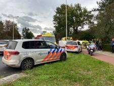 Auto raakt van de weg in Malden, bestuurder naar ziekenhuis