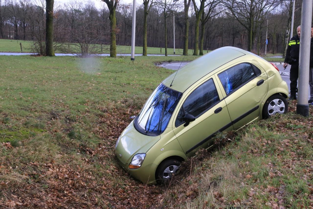 In Helmond reed zondagmiddag een auto in de sloot.