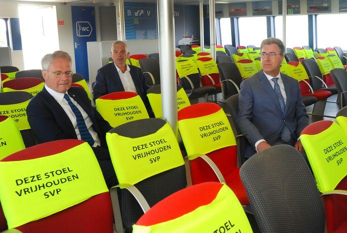 Vlnr: commissaris van de koning Han Polman, directeur Raymond Winterswijk van de Westerschelde Ferry en gedeputeerde Harry van der Maas