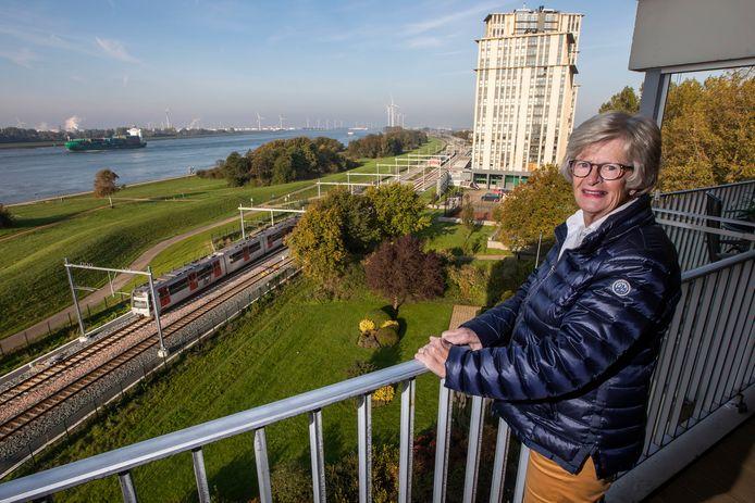 Nelly Staal op haar balkon, met op de achtergrond metrostation Maassluis Steendijkpolder. Staal en buren aan de Merellaan in Maassluis worden gek van het lawaai van de metro van de Hoekse Lijn.