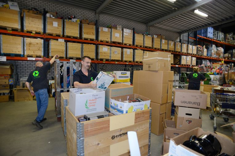 De kringloopwinkel in Helmond heeft een aantal mensen met een arbeidsbeperking in dienst. Beeld Hollandse Hoogte