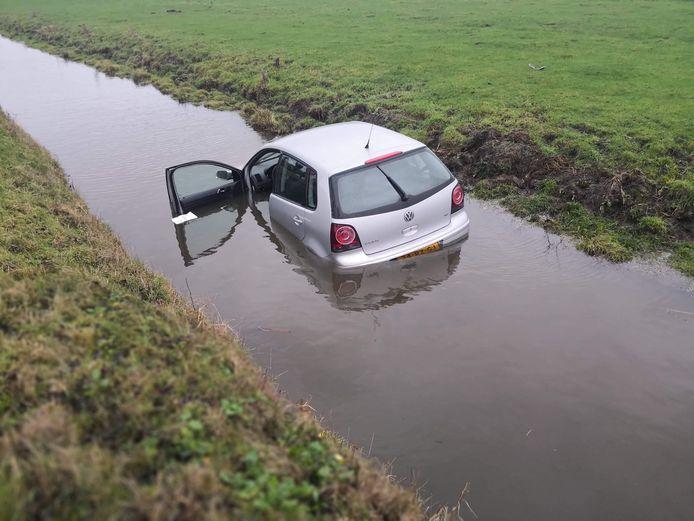 Automobilist verliest macht over het stuur en belandt in sloot De Meern.