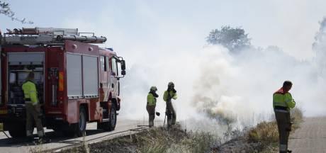 Honderden meters berm in brand in Oploo, vuur verspreidt zich snel