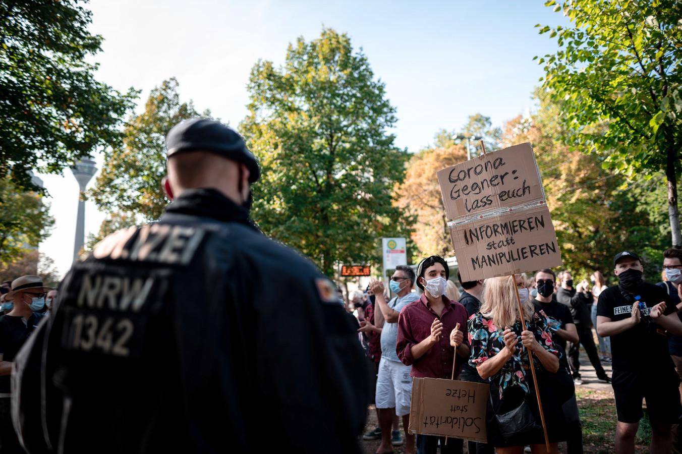 Mensen protesteren in Düsseldorf tegen de coronamaatregelen.