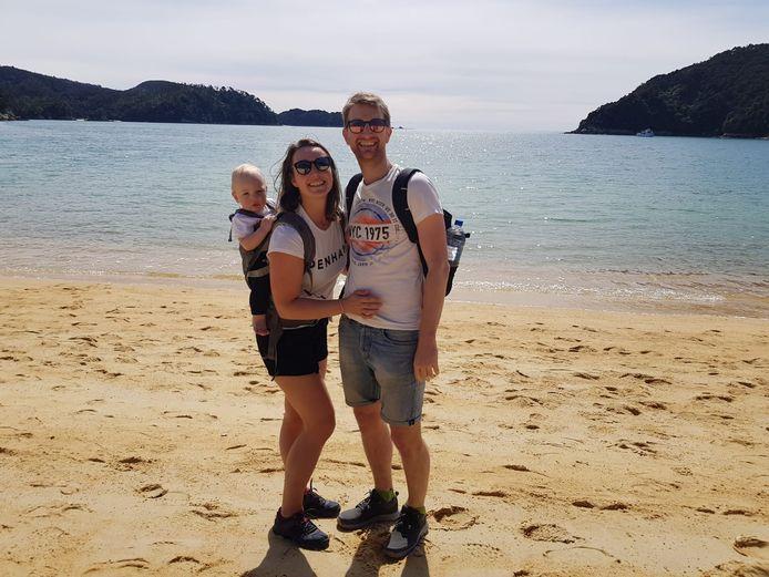 De coronacrisis maakt ook een einde aan de reis van Guus, Domenique en hun zoontje Kaj door Nieuw-Zeeland. Ze mogen het land niet verlaten.