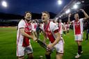 Daley Blind en Matthijs de Ligt vieren de titel op het veld.
