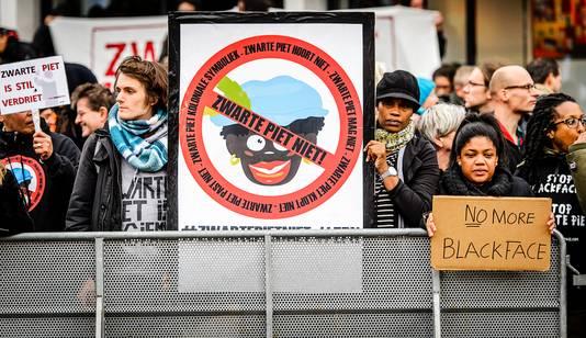 """Pas als het identiteitsdebat verhardt, trekt men naar een scherpe positie. ,,Bijvoorbeeld over de vraag of Zwarte Piet zwart moet blijven of dat iemand het recht heeft daartegen te protesteren."""""""