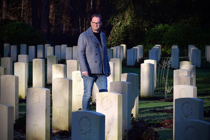Henk van Ingen op de Canadese begraafplaats in Bergen op Zoom.