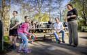 Van Ark ging op Goede Vrijdag op bezoek bij een kinderopvang die tijdens de coronacrisis open is. Ook minister-president Mark Rutte was daarbij aanwezig.