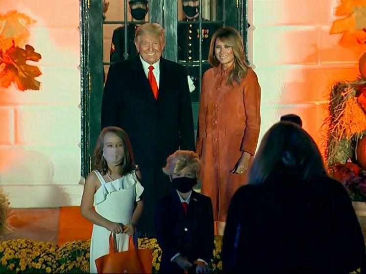 Jongetje en meisje als Trump en Melania naar Halloween bij Witte Huis