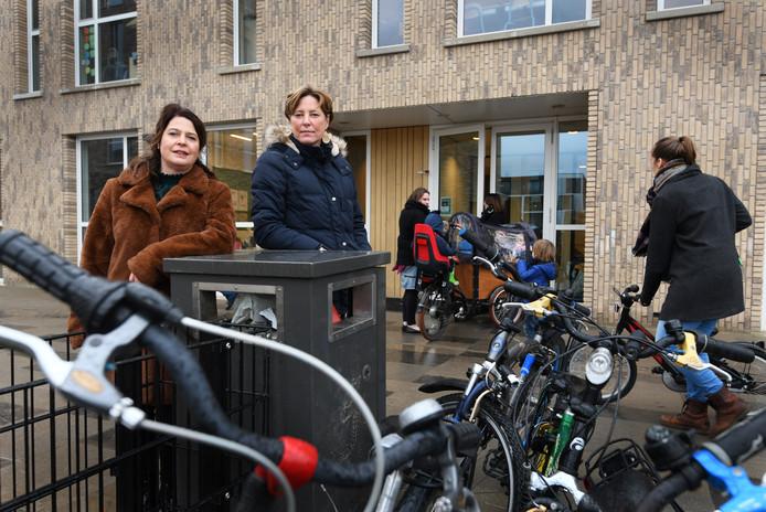 Moeders Wilma Wijnen en Marielle Wolbrink bij basisschool De Bron in Veenendaal.