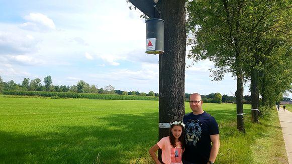 Schepen van Milieu en Natuur Bart Julliams met zijn dochter Jinte aan een van de parasietnestkasten op Kwachten.