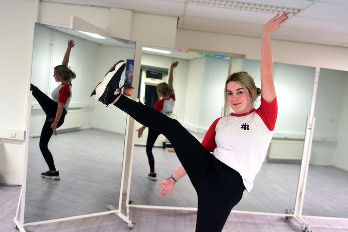 Dewi van Poppel is gek op dansen, zingen en acteren. Ze zit in de theaterklas van middelbare school Curio Scala in Breda. Ze moet daar met de bus heen vanuit Klundert.