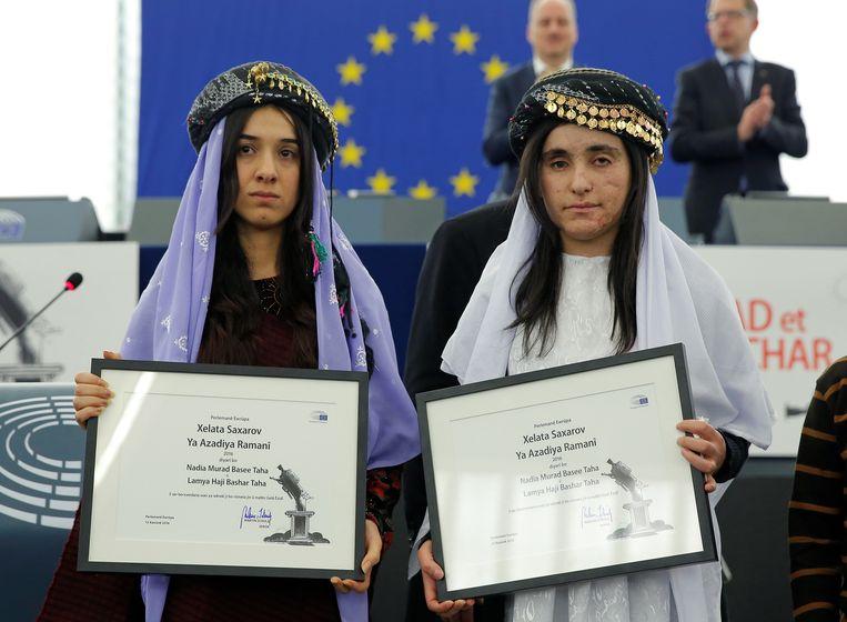 Nadia Murad en lotgenote Lamiya Aji kregen de mensenrechtenprijs van het Europees Parlement.