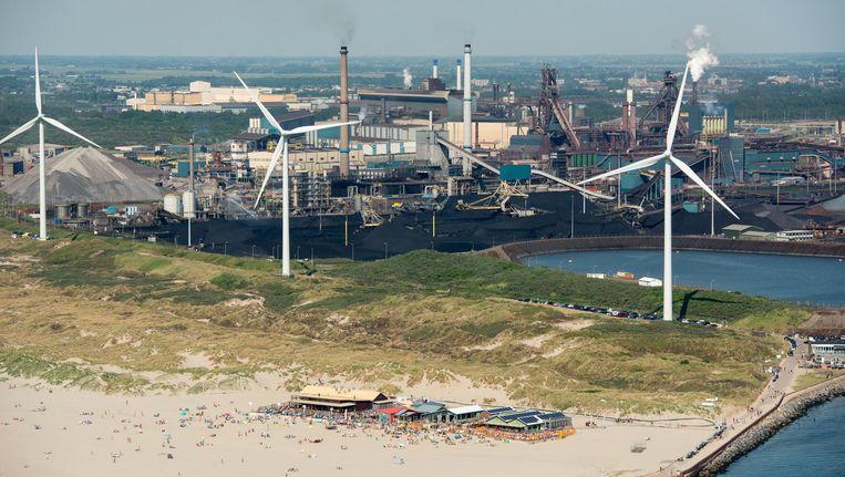 Luchtfoto van het het strand bij Wijk aan Zee met Tata Steel op de achtergrond. Beeld anp