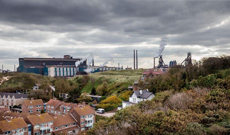Wijk aan Zee heeft sinds november vorig jaar regelmatig last van de grafietneerslag die wordt veroorzaakt door de fabriek van Tata Steel.  Beeld Jean-Pierre Jans