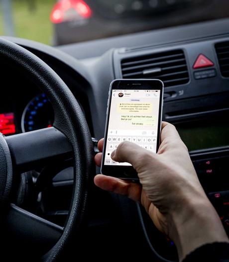 Telefoongebruik in de auto op N35: negen bestuurders op de bon