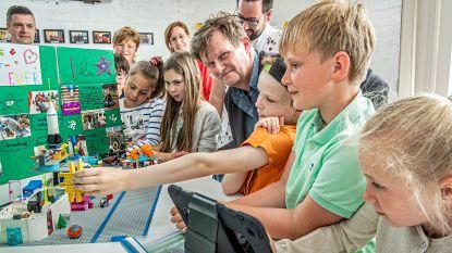 Stem uitgebracht, en dan nu... met Lego spelen: sp.a-kandidaat Gerdi Casier brengt kieszondag door op schoolfeest