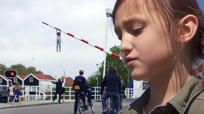 """Sofie (8) die aan slagboom ging hangen """"vond het heel eng"""""""