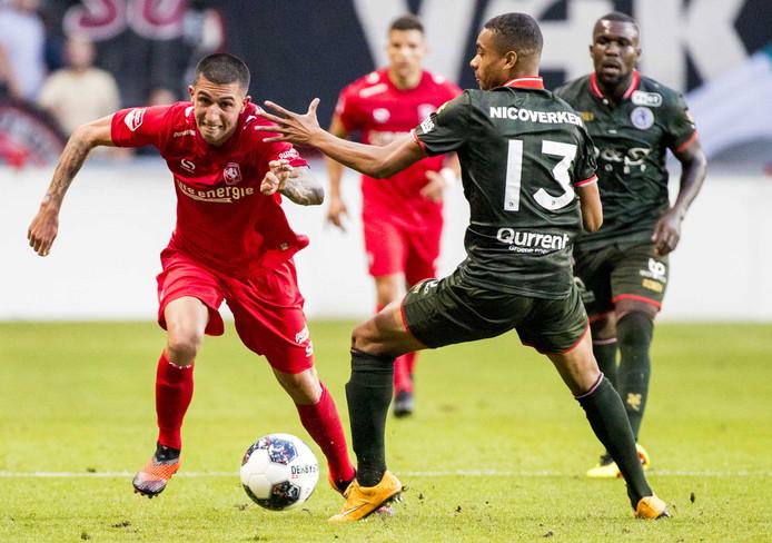 Deroy Duarte van Sparta Rotterdam (L) in duel met Nick Hengelman van FC Twente tijdens de wedstrijd in De Grolsch Veste