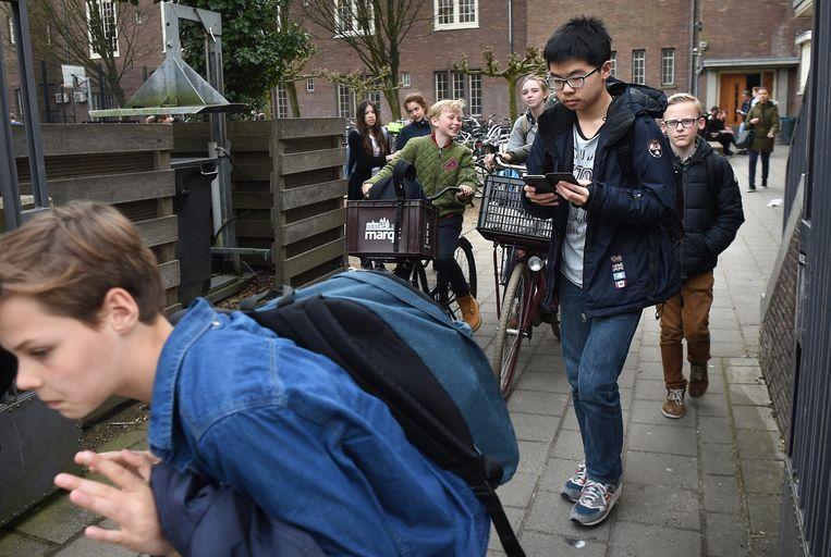 Kinderen van het Vossiuscollege te Amsterdam. Beeld Marcel van den Bergh