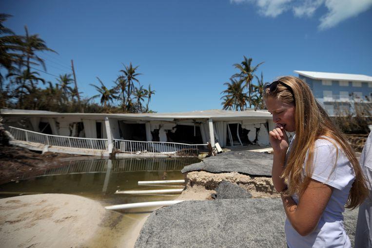 Een vrouw reageert op de verwoesting die orkaan Irma aan haar woning aanrichtte.