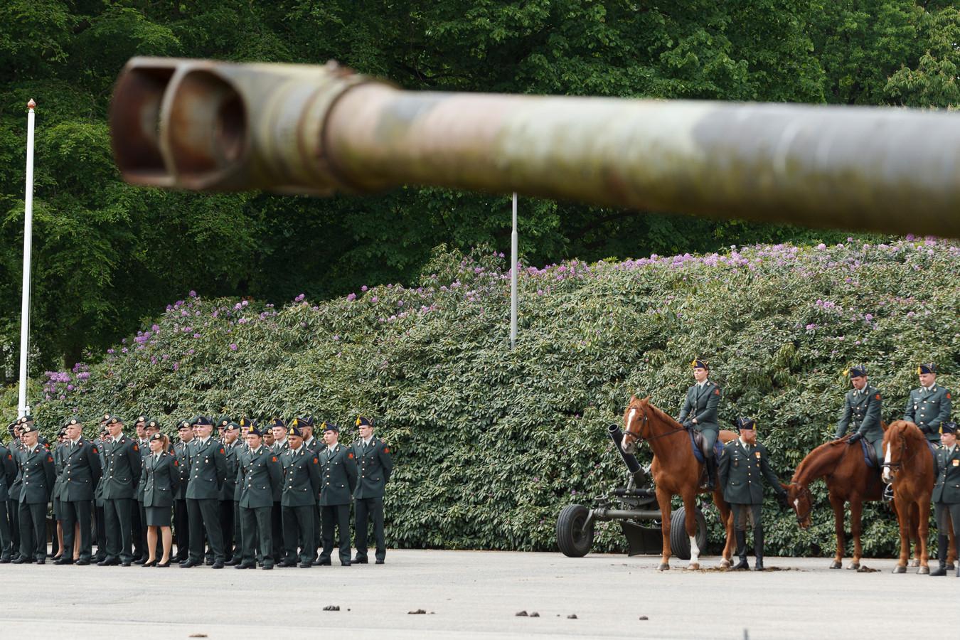 Archieffoto van de beëdiging van 43 militairen van het VuursteunCommando (VustCo) van de Koninklijke Landmacht op de Legerplaats bij Oldebroek.